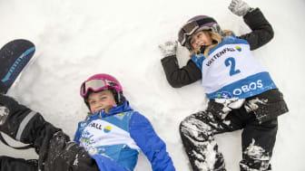 Alla på snö - barn leker i snö