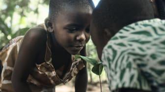 Frida och Eliezel Ochieng planterar nya träd på gården i Kayagogo, Kenya. Fotograf Robin Asselmeyer.