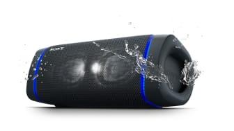 Где бы вы ни находились, наслаждайтесь глубоким и мощным басом при прослушивании музыки на этих новейших беспроводных колонках Sony