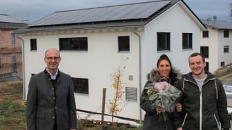 In Rohr i. NB ging heute die 300.000. Photovoltaik-Anlage des Bayernwerk ans Netz. Technik-Vorstand Dr. Egon Westphal gratulierte Daniela und Pascal Birkner zum neuen Eigenheim und zum Anschluss ihrer neuen Solaranlage.