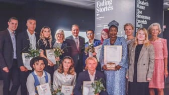 Stefan Löfven höll högtidstalet då priserna delades ut på Raoul Wallenbergdagen 2019. Två ensamkommande med afghanskt ursprung finns med på bilden.