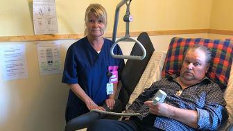 Jan Andersson, som bor på Fatburens äldreboende i Västerås, testar den roterande sängen Rotobed i några månader. Både han och undersköterskan Leila Nordström tycker att sängen underlättar i vardagen.