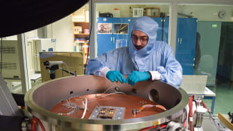 Bilden visar den termiska vacuumkammaren i IRF SpaceLabvoch IRF:s forskningsingenjör Atakan Sirin. Foto: Philipp Wittmann, IRF