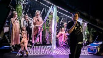 Kristoffer Olsen spelar rolla som den erkekriminelle bordelleigaren Mackie Kniven i Tolvskillingsoperaen. På scenen står også dokker i lag med skodespelarane. Foto: Dag Jenssen.