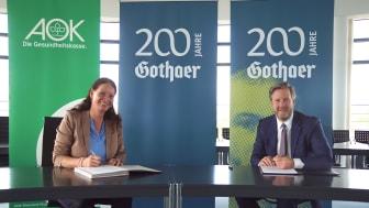 Die Vorstandsvorsitzende der AOK Rheinland-Pfalz/Saarland  Dr. Martina Niemeyer und der Vorstandsvorsitzende der Gothaer Krankenversicherung Oliver Schoeller unterzeichnen die Kooperationsvereinbarung.