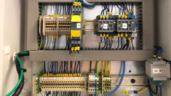 skab med ledninger.jpg