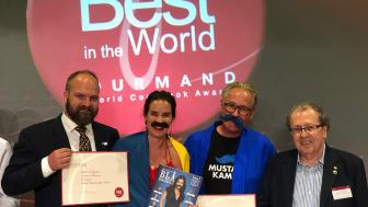 Från vänster Pelle Agorelius, Gourmand Awards Sverige, Anna Benson, författaren till kokboken, Torsten Tullberg, Mustaschkampen och Edouard Cointreau, chef för Gourmand Awards, vid prisutdelningen i Macau.