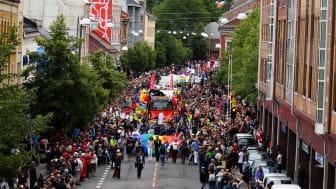 Bildet: 104 paradeinnslag er påmeldt Oslo Prides paraden som går av stabelen lørdag 25. juni. Rekorden fra 2014, da Oslo Pride var vertskap for EuroPride, er med det slått.  Foto: Jørgen Schive/Oslo Pride.