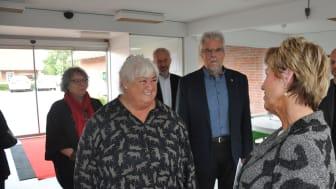 Fra venstre: Byrådspolitiker, Anette Søegaard (SF), Ældreminister, Thyra Frank (LA),  kommunaldirektør, Jes Lunde, borgmester, Leon Sebbelin og Centerchef for Pleje og Omsorg, Gytte Gade,