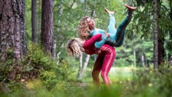 Enten du skal ha noe utenpå eller ikke, gjør som Cecilie og søsteren i sommer – velg ull innerst. Foto: Bergans / Hans Kristian Krogh-Hanssen