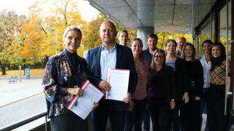 Administrerende direktør i Boligbygg, Marit J. Leganger, sammen med Torfinn Lysfjord i ÅF Advansia og involverte i prosjektet. Foto: Boligbygg