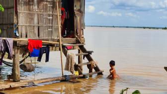 Översvämningar drabbar barn i Kambodja