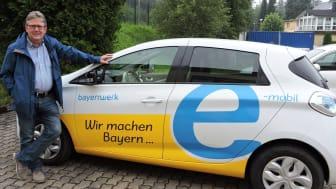 Eine Woche lang haben Geroldsgrüns Bürgermeister Helmut Oelschlegel (l.) und seine Verwaltungsmitarbeiter einen voll elektrischen Renault Zoé des Bayernwerks im Alltag getestet.