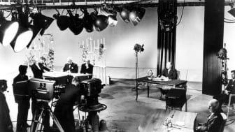 Fra Studio A 20. august 1960: Kong Olav taler. Til høyre statsminister Gerhardsen. Foto: Rørstad/ Telemuseets samling  NRKs første to fjernsynskameraer