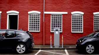 Gateparkering med ladestolpe med påkjøringsbeskyttelse.