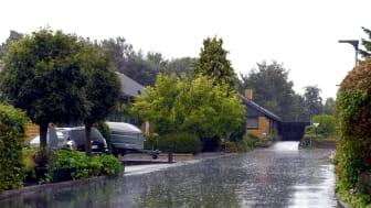 Mængden af regn er steget støt de seneste år, men mange danske husejere har stadig små tagrender, der ikke er rustede til at håndtere de mange regnskyl. Hos tagrendeproducenten, Lindab, anbefaler man minimum en bredde på 125 millimeter.