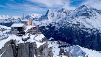 Drohnenaufnahme der Station Birg mit Eiger, Mönch und Jungfrau im Hintergrund