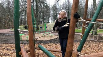 Nu har nya Sagoängen öppnat! Lily Björk var en av de första barnen som provade lekutrustningen.