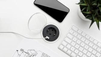 Den nya designade bordsenheten XS, uttag med integrerad USB-laddare, monteras enkelt i både bänk- och bordsskivor.