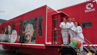 På bilden Rebecca Sahlin, Karolina Menander och Fanny Princis medarbetare på Blodcentralen Skåne ser fram emot att få bättre möjligheter att ta emot blodgivare.