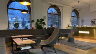 Sharkmobs reception och loungedel som vetter ut mot Stortorget. Denna del ligger i en gammal banklokal som tidigare gjorts om till nattklubb – nu huserar ett av Malmös spelutvecklingsbolag här.