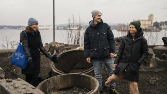 Bærekraftsjef i HAV Eiendom Marie Indrelid Winsvold (t.v) på Grønlikaia sammen med plansjef Amund Schweder og Cecilia Carlsson, arkitekt og partner i Rodeo arkitekter til høyre. Foto: Leikny Havik Skjærseth, HAV Eiendom