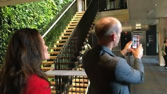 Anders Logg från ReSpace demonstrerar AR-versionen av den digitala tvillingen i huset A Working Lab.