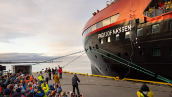 FOLKEFEST: Flere hundre mennesker var samlet på havnen i Longyearbyen for å feire dåpen av MS Fridtjof Nansen. FOTO: Espen Mills/Hurtigruten Expeditions