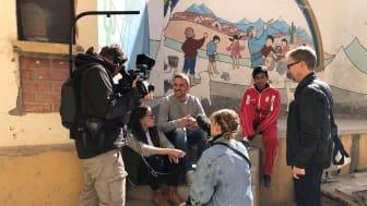 Armand Krajnc (i mitten) har arbetat med ungdomar hela sitt vuxna liv. Han ser idrotten som ett bra sätt att mötas över gränserna och på lika villkor.
