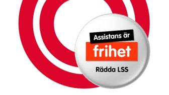 """De röda ringarna från FUB:s logotyp har fått sällskap av manifestationens kampanjknapp med texten """"Assistans är frihet, rädda LSS""""."""