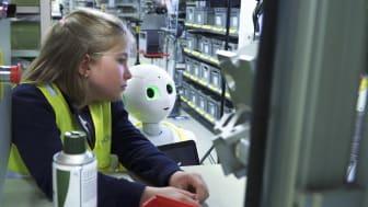 Roboten Pepper och åttaåriga Rut inviger Elmia Produktionsmässor.