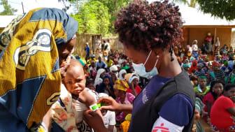 Ett barn blir undersökt i Meluco (februari 2021). Provinsen Cabo Delgado i Moçambique har drabbats av en våldsam konflikt. Foto: Läkare Utan Gränser
