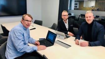 Magnus (mitten), Mikael och Tobias är de tre första att arbeta på det nya kontoret. Trion besitter en gedigen erfarenhet inom både sälj och kreditgivning och alla ser fram emot att få vara med och driva företagets resa på det nya kontoret.