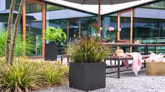 Die Naturstein-Optik harmoniert mit jedem Garten- oder Terrassenstil, kann aber auch als Eyecatcher besonders inszeniert werden.