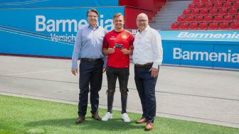 """Jochen A. Rotthaus, Bayer04 Leverkusen (l.) und Heiko Scholz, Barmenia (r.) mit dem Botschafter von Bayer04 Marvin """"M4RV"""" Hintz"""