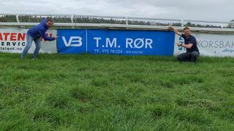 VB T.M. Rør er godt synlige  på Øvrevoll Galoppbane på Jar. Daglig leder Tom Marius Wilhelmsen viser stolt fram sitt nye VB-banner sammen med Kristoffer Adde, regionsansvarlig i Øst.