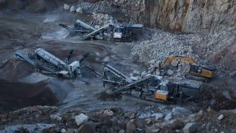 Krossanläggning med Caterpillar grävmaskin och generatoraggregat, Wallbergs