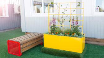 Chilla bänk och Chilla planteringskärl med spaljé. Design: Måns H Sjöstedt - Yellon