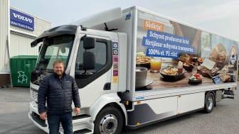 Andreas Braun, vd Polfärskt Stockholm Syd framför Polfärskts första eldrivna brödbil
