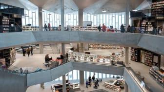 Deichman Bjørvika er bygget som et stort rom med seks etasjer der det er rom for både mennesker og medier. Foto: Erik Thallaug/Deichman