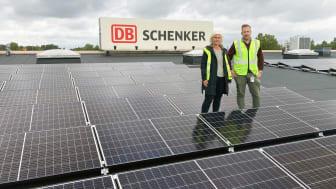 Solen driver DB Schenkers truckar i Skara