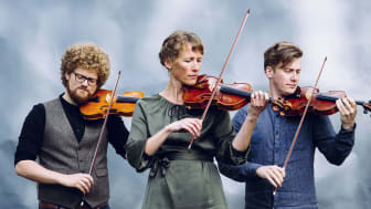 Aslak Brimi, Astrid Sulheim og Bjørn Kåre Odde i Atterljomen held konsert på Jølstramuseet søndag 22. september. Gjestemusikar er Anders Löfberg på cello.
