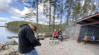 """Alexander Winther filmar Ulrika Swan och Jonas Rantanen under inspelning av filmen """"Tillsammans utvecklar vi Siljansbygden""""."""