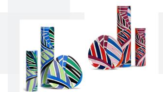 """Die beiden Farbvarianten """"Rot-Blau"""" und """"Grün-Blau"""" der Rosenthal Kollektion """"Palm Leaves"""" von Emilio Pucci."""