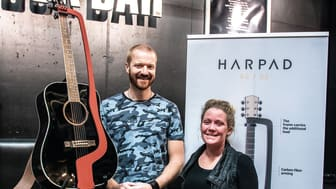 Ljungskileborna Josefin och Samuel Fredén står bakom gitarrtillbehöret Harpad.