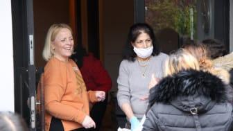 vänster Jenny Alm, verksamhetschef, vid utdelningen av matkassar på Frälsningsarméns kvinnocenter i Akalla. Foto: Carina Tyskbo