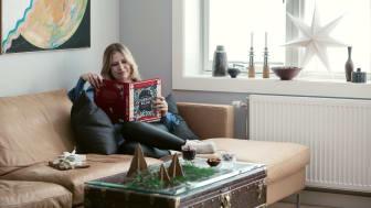 Ingebjørg Bratland står bak juleantologien Klokkene kallar. Boken er i ferd med å klatre til topps på bestselgerlisten over juleantologier. Dette er en hygge- og høytlesningsbok for hele familien. Foto: Astrid Waller