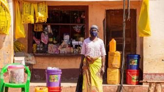 Bonden Jamia Salimo i Moçambique har precis handlat tvål, salt och matolja.