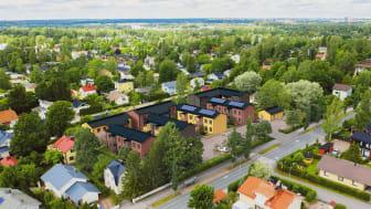 Helsingin Tapaninkylään rakennetaan 33 asunnon BoKlok-puutaloyhtiö. As. Oy Helsingin Huhtapihan asukkaiden yhteiskäytössä on pihasauna ja viljelyspalsta, varaus sähköautopaikoille ja osa taloyhtiön energiantuotannosta saadaan aurinkopaneeleista.