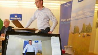Anförande från VD Anders Fredriksson vid Norrmejeriers digitala stämma. Presidiets ordförande Herbert Nyman i bakgrunden. Foto: Camilla Waara